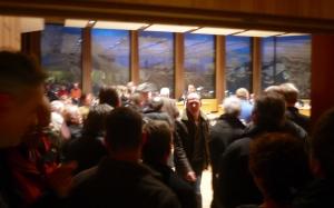 Blick von außen in den vollen Rathaussaal am 5.2.2013